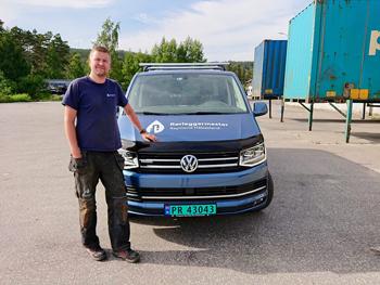 JobOffice er himla effektivt, mener Rørleggermester Raymond Håbesland - her med firmabilen