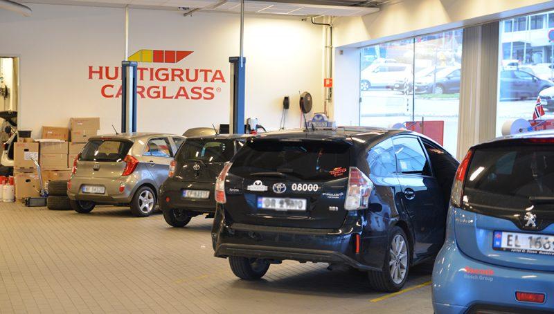 Biler i Hurtigruta Carglass sin lokaler. Hurtigruta Carglass byttet til Holte Kjørebok