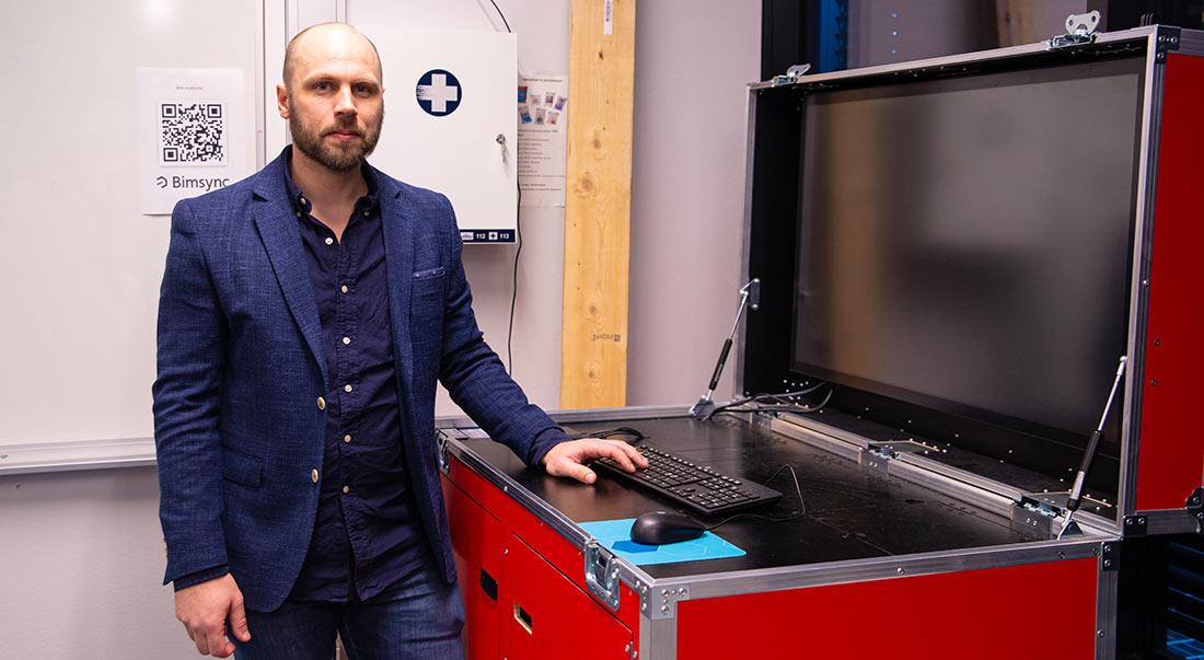 David Bakken fra Fagskolen i Oslo foran en BIM-kiosk