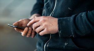 Håndverker med mobiltelefon